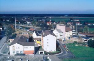 Blick nach Norden, über den Bahnhofsplatz vor Bebauung, mit altem Raiffeisenlagerhaus