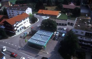 Die alte BP-Tankstelle an der Münchener Straße, Ecke Raiffeisenstraße, im Hintergrund der Kindergarten Sternschnuppe