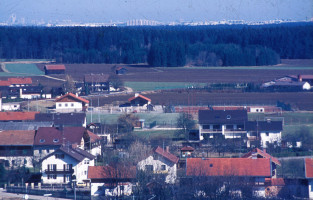 Blick nach Norden, im Hintergrund Neuperlach, über neues Tennis- und Trachtenheim, 1981