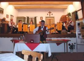 Heini Wiesner trägt seine selbstkomponierten Couplets vor