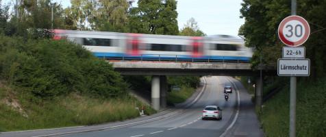 Sauerlach, Bahnunterführung Hofoldiger Straße: Kein Tempolimit für Züge!?