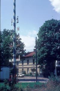 Der Maibaum stand früher am unbebauten Bahnhofsplatz